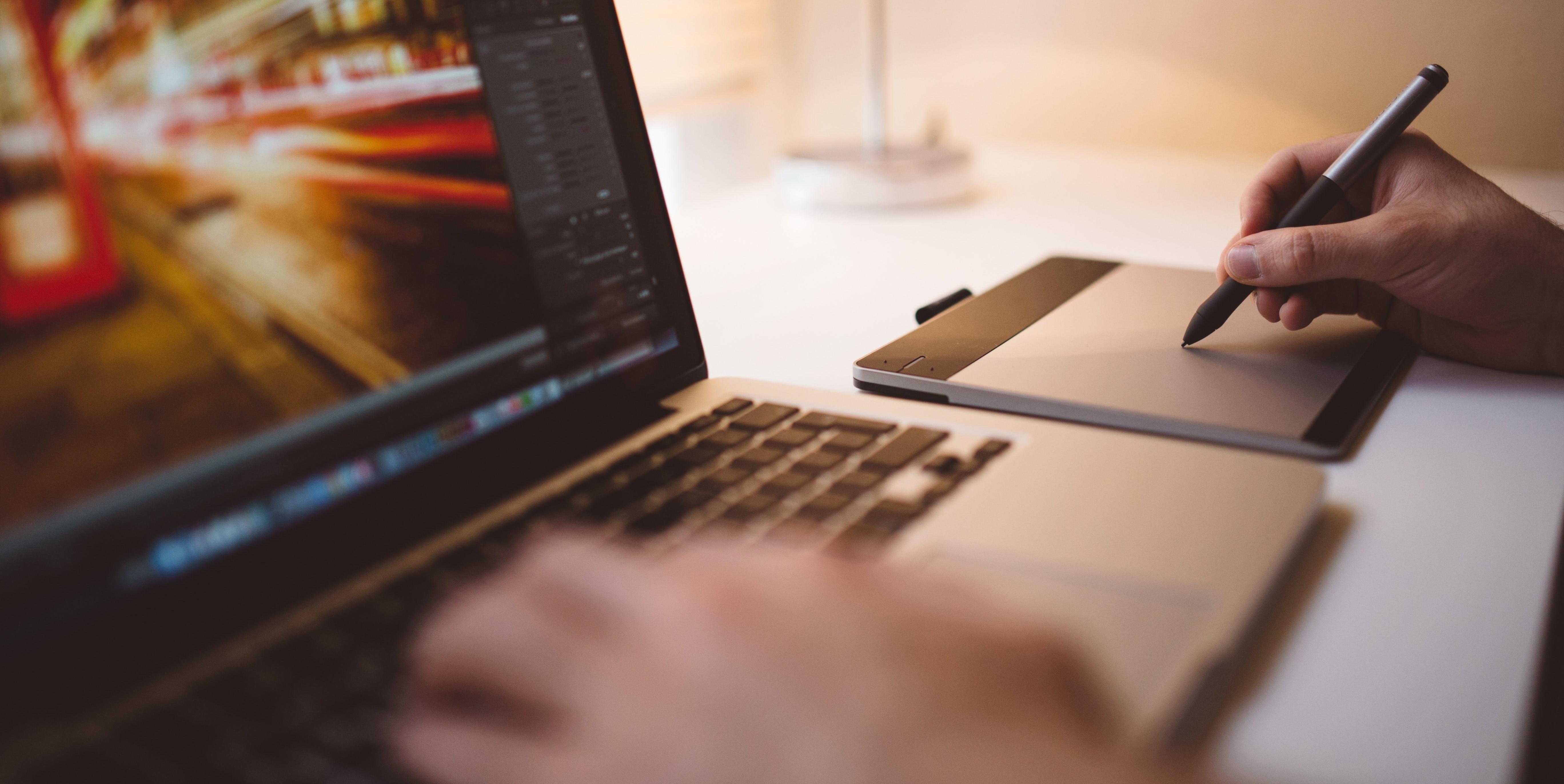 designer_editing_picture_on_laptop-353030-edited